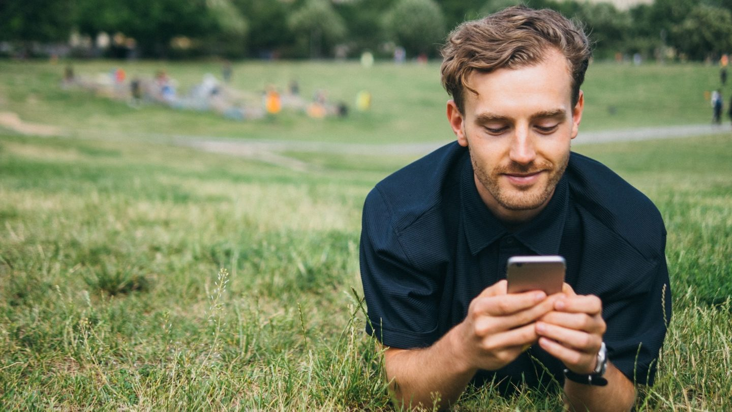 man-share-trading-on-smartphone