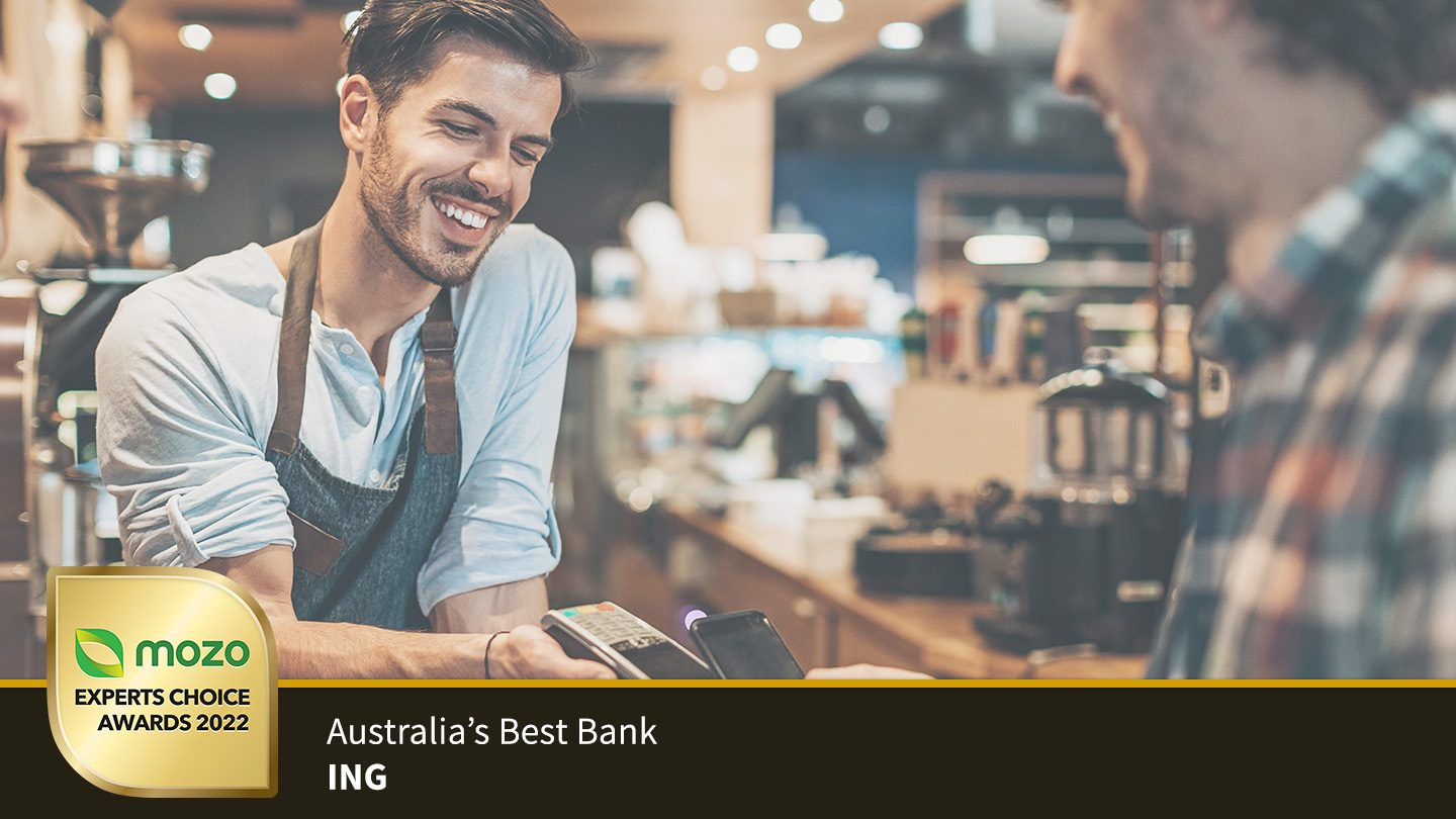 Person using their award-winning ING account via a phone to pay at a cafe.